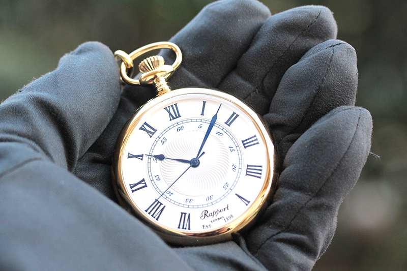 Rapport(ラポート)ブランド イギリス クォーツ懐中時計 オープンフェイス クラシカルな時計 オシャレ ファッションアイテム レトロ 手に持ってみたイメージ 大きさ 試着