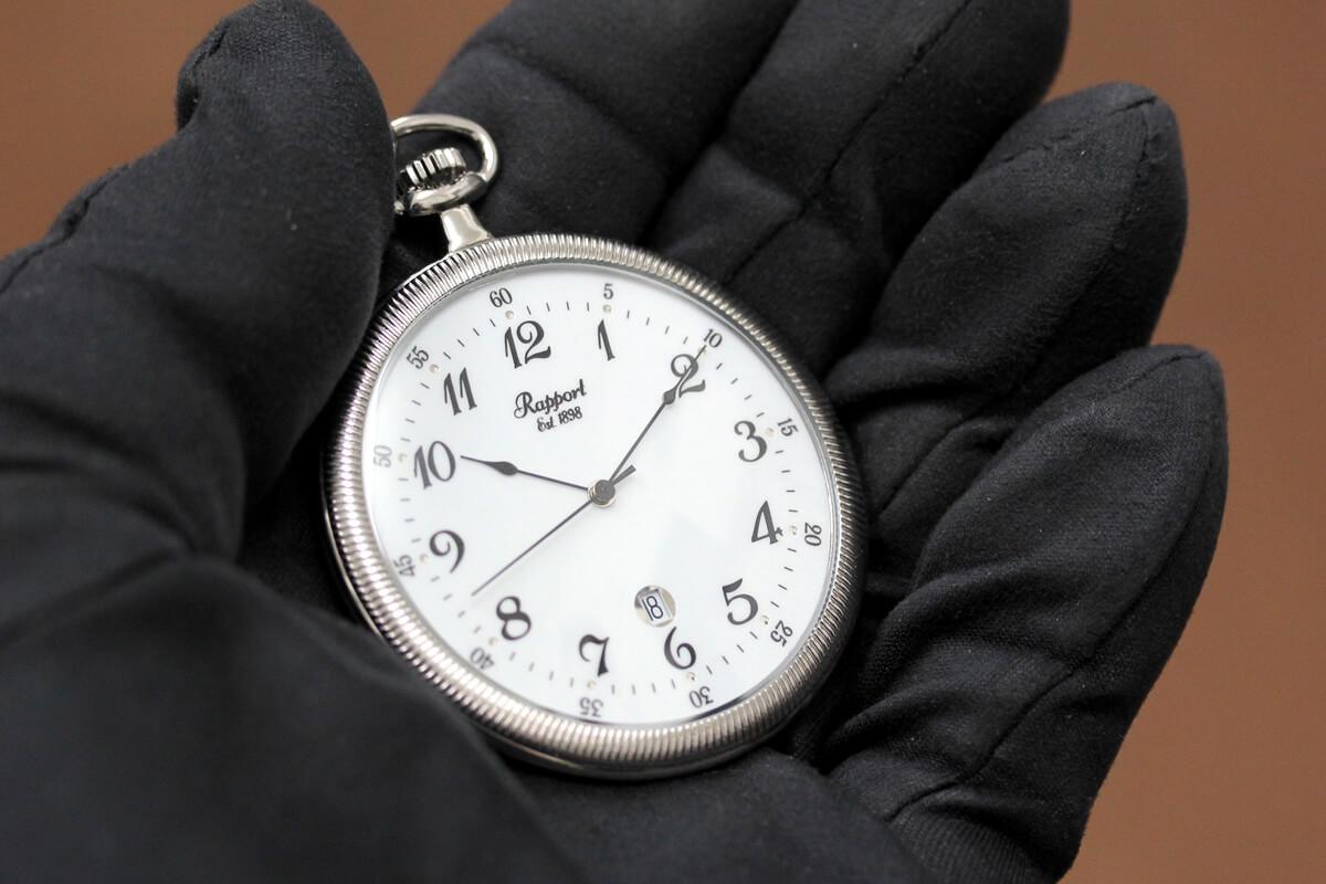 イギリスブランド rapport(ラポート) 懐中時計 pw33 手に乗せたイメージ