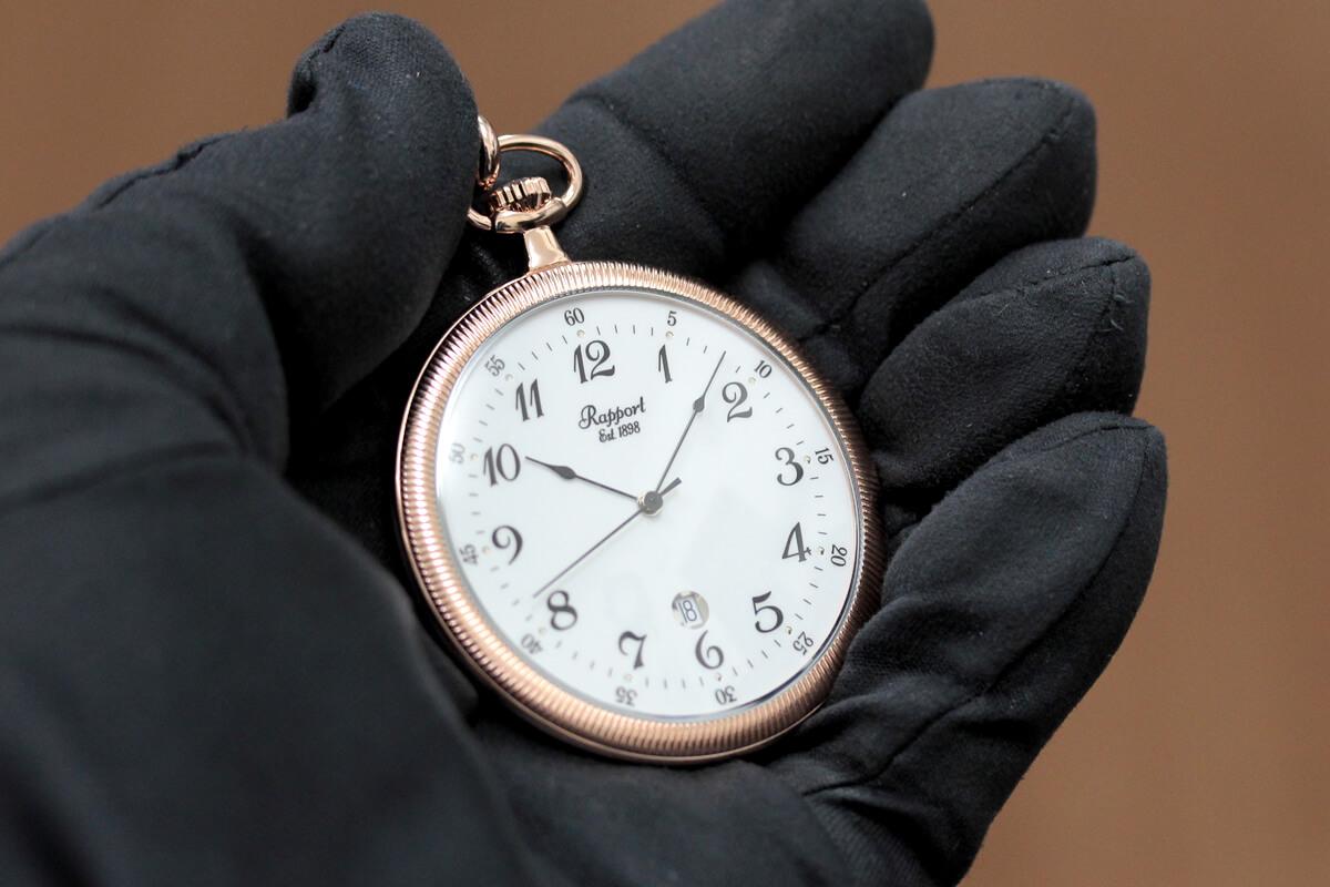 イギリスブランド rapport(ラポート) 懐中時計 pw34 手に乗せたイメージ