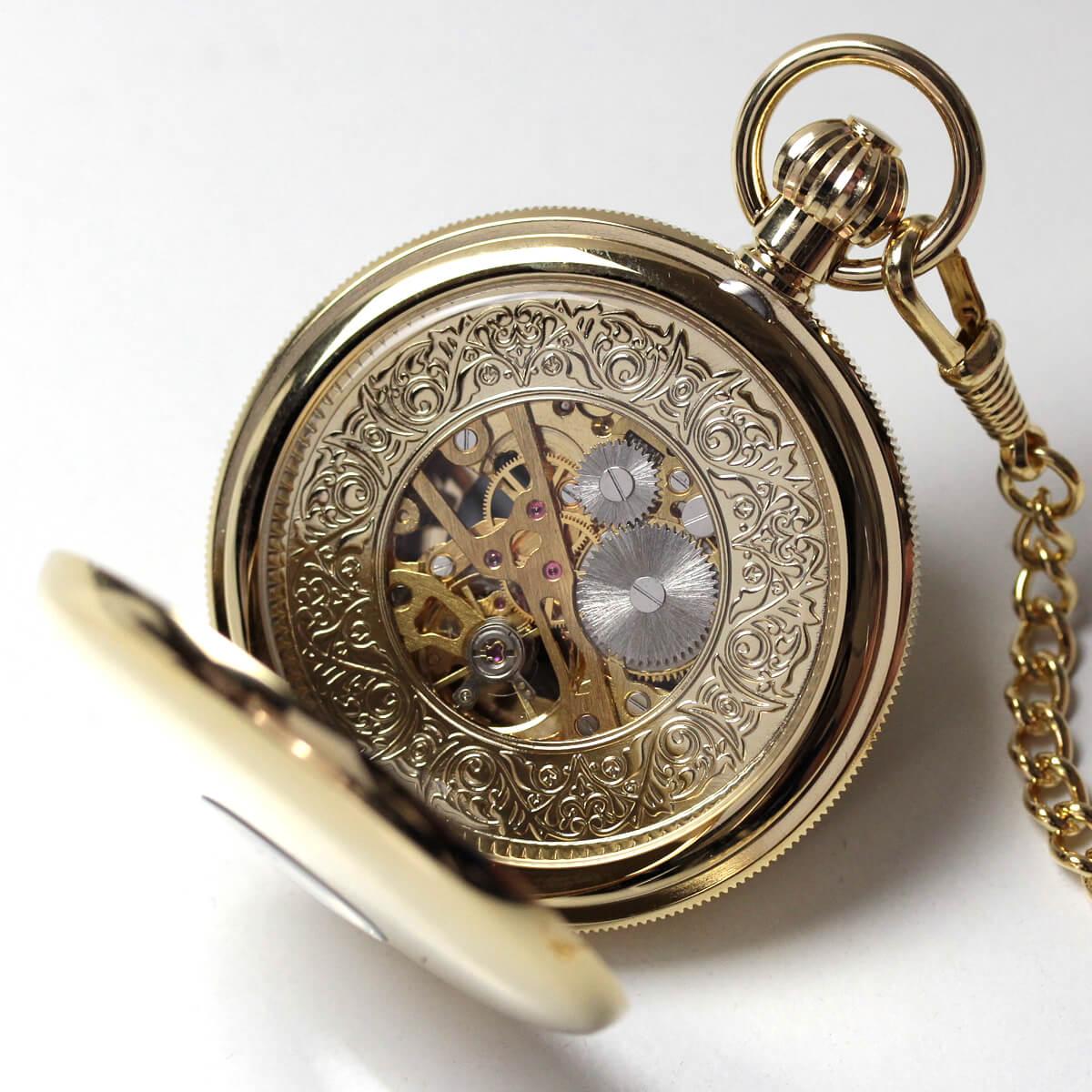 イギリスブランド rapport(ラポート) 懐中時計 pw48 裏蓋を開けたところ。スケルトンになっていて、中のムーブメントがよく見えます。