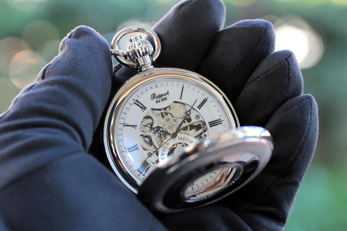 イギリスブランド rapport(ラポート) 懐中時計 pw49 シルバーカラーの両蓋開きスケルトンモデルを手に持ったイメージ