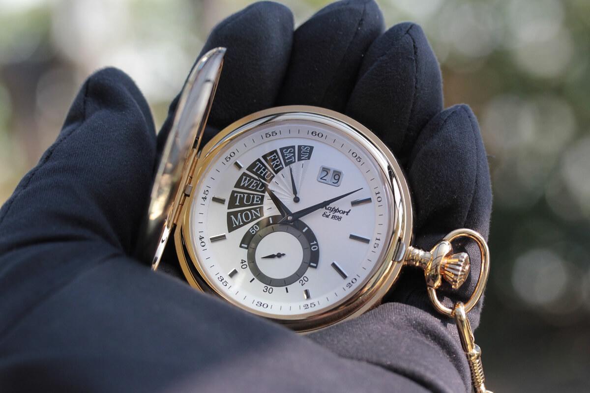 rapport ラポート pw74 懐中時計を手に持ったイメージ