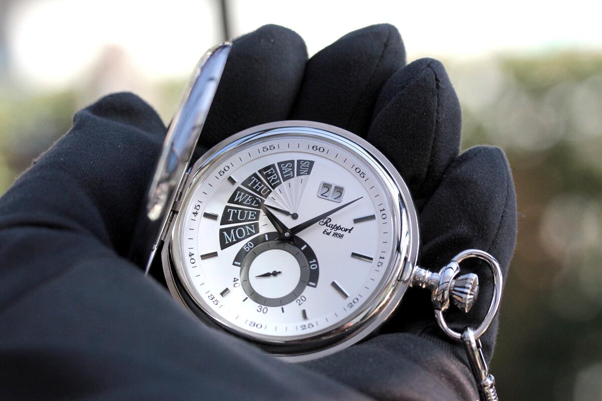 rapport ラポート pw75 懐中時計を手に持ったイメージ