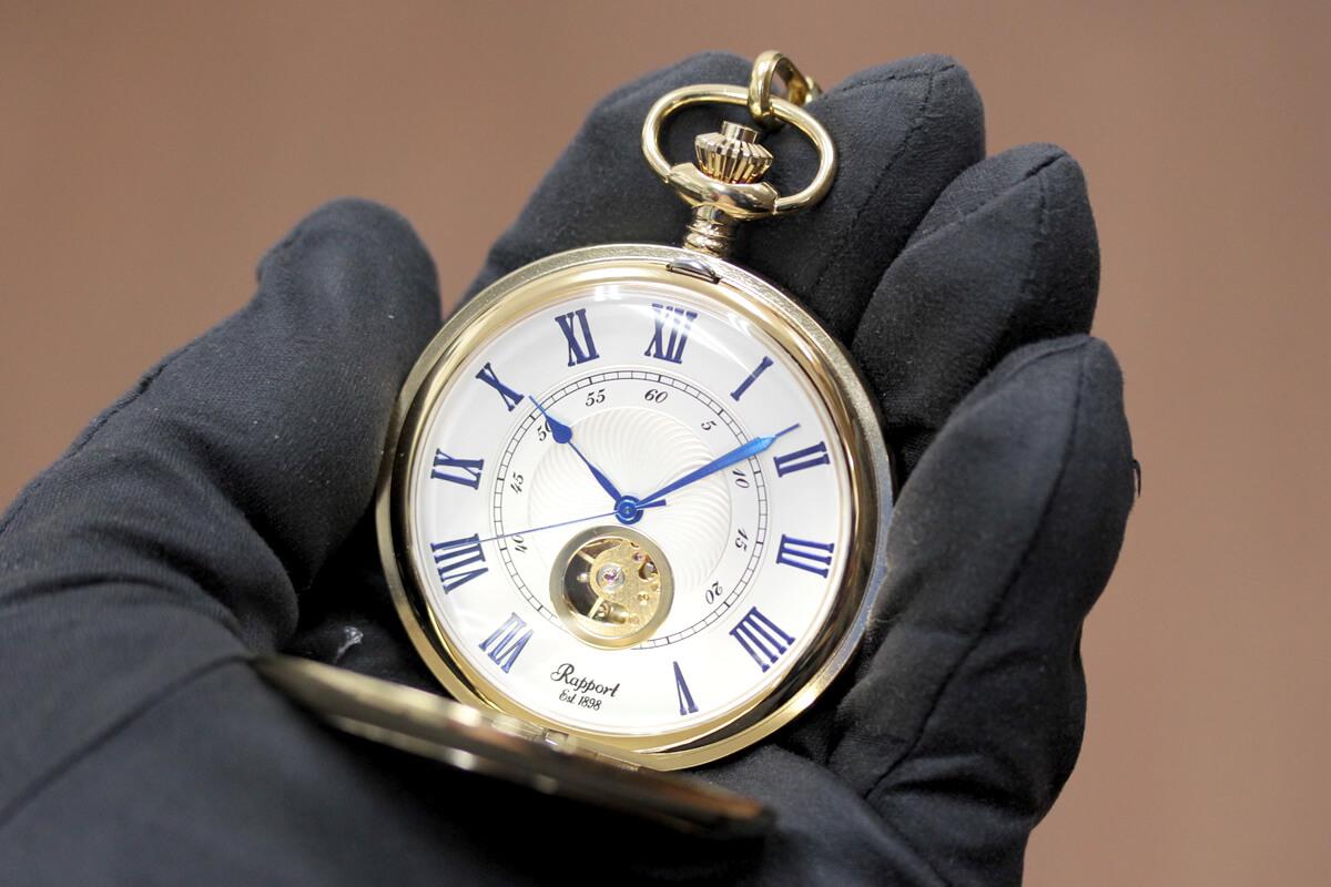 イギリスブランド rapport(ラポート) 懐中時計 pw98 ゴールドカラーの両蓋開きオープンハートモデルを手に持ったイメージ
