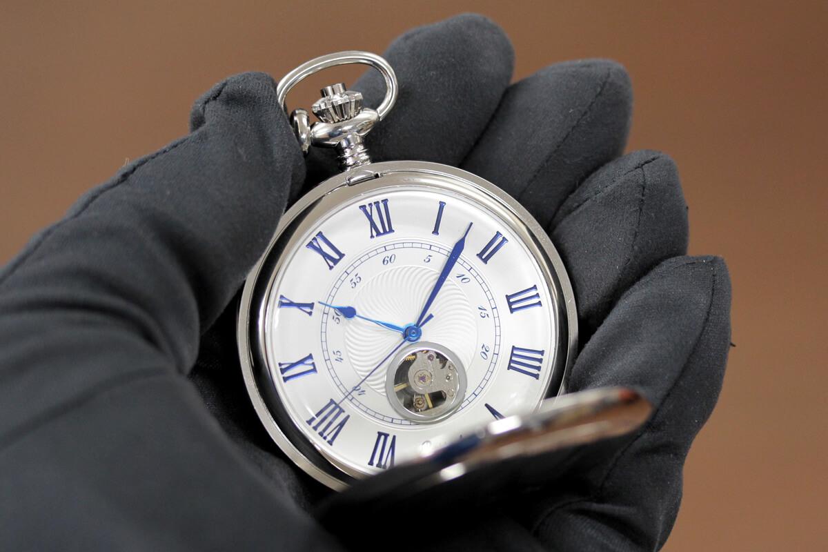 イギリスブランド rapport(ラポート) 懐中時計 pw99 シルバーカラーの両蓋開きオープンハートモデルを手に持ったイメージ