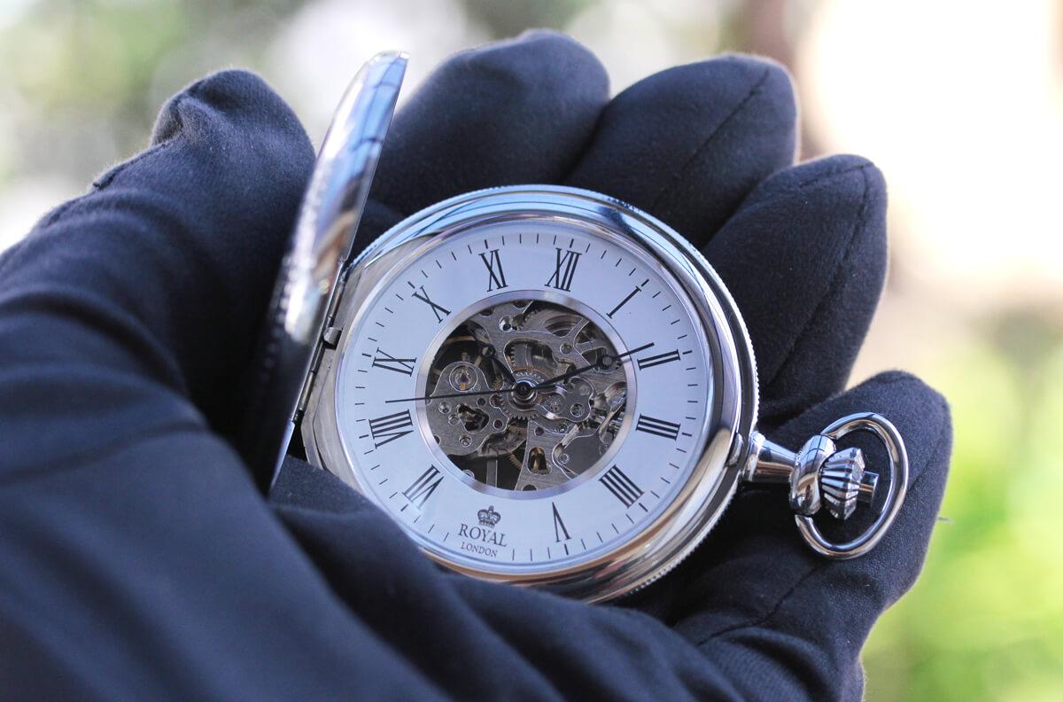 ROYAL LONDON ロイヤルロンドン 懐中時計 90009-02 ハーフハンターケースを手に持ってみたイメージ