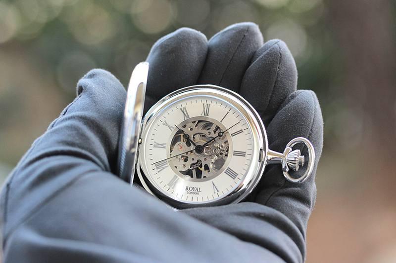 ロイヤルロンドン(ROYAL LONDON) 懐中時計 90029-01 9808045 手巻き式 蓋付き ふたつき スケルトン 手に取ったイメージ