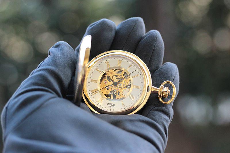 ロイヤルロンドン(ROYAL LONDON) 懐中時計 90029-02 9808046 手巻き式 蓋付き ふたつき スケルトン 手に取ったイメージ