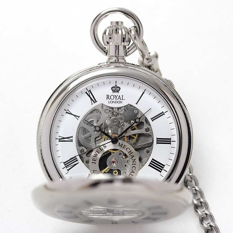 イギリスブランド ROYAL LONDON (ロイヤルロンドン) 懐中時計 9808087 の両蓋開きスケルトンモデルを手に持ったイメージ