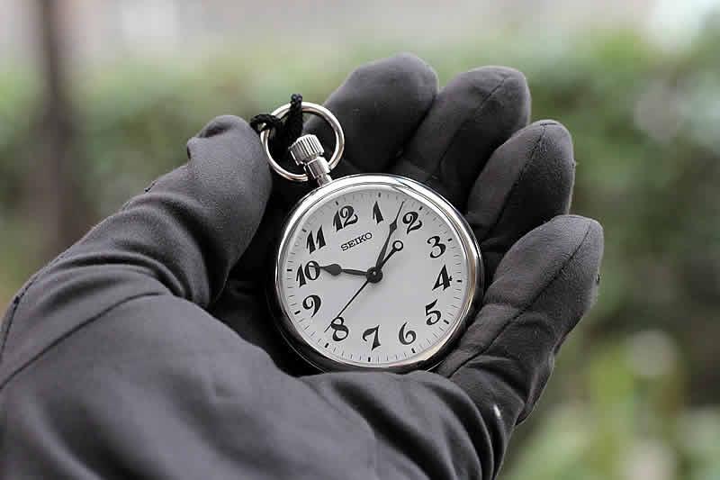 手のひらに置いたイメージのセイコー鉄道時計