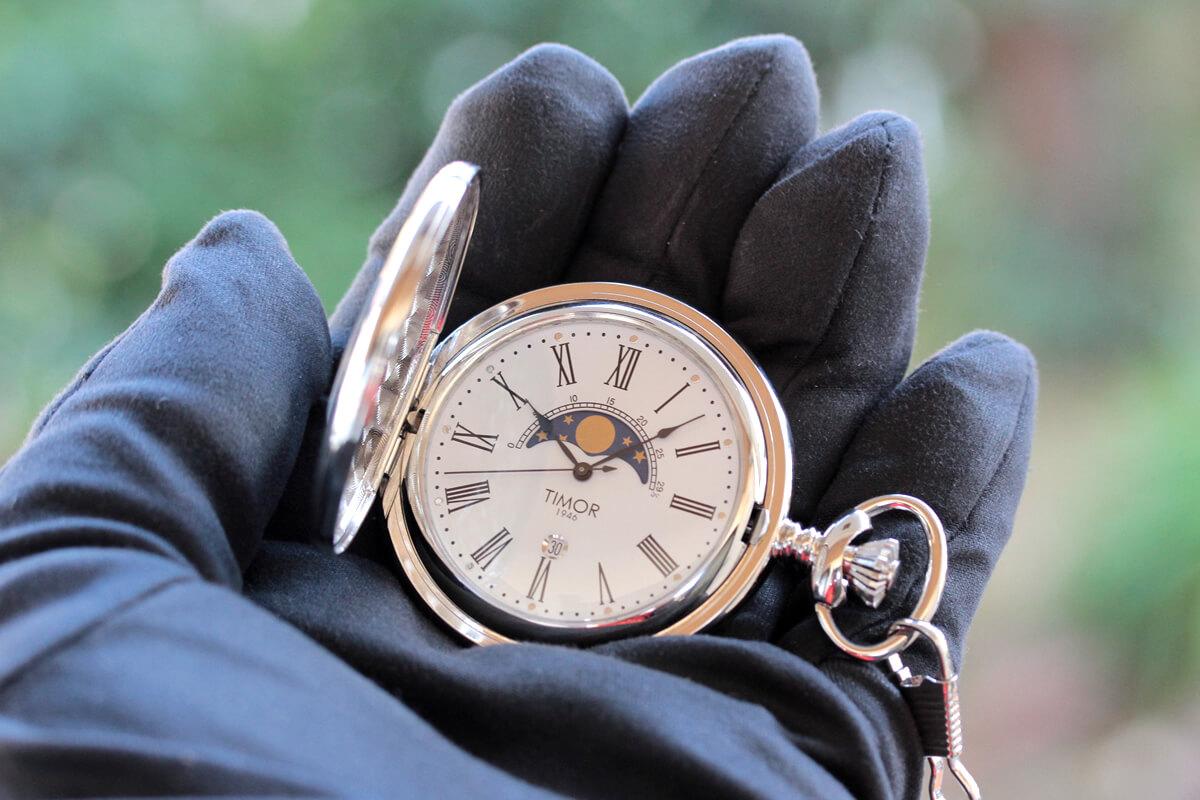 timor(ティモール) 懐中時計 tp104ch01 手に持ってみたイメージ