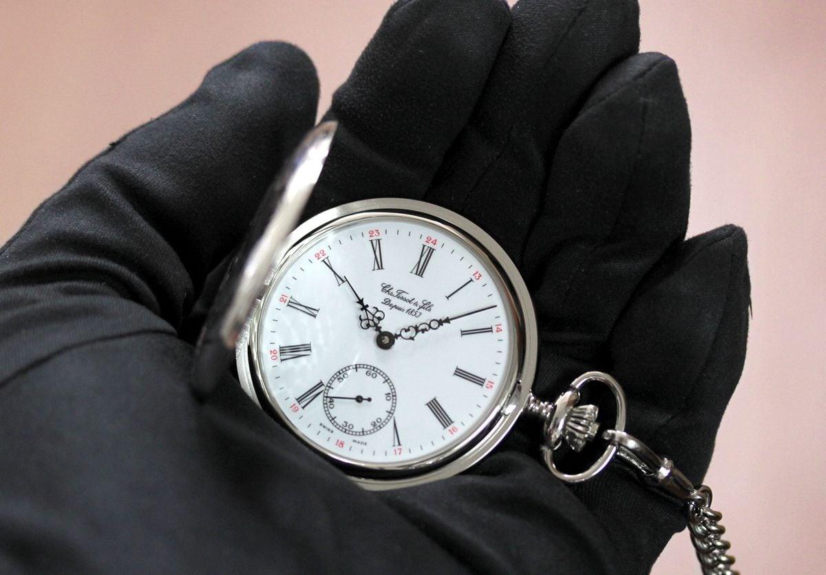 T83640113懐中時計を手に持ったイメージ