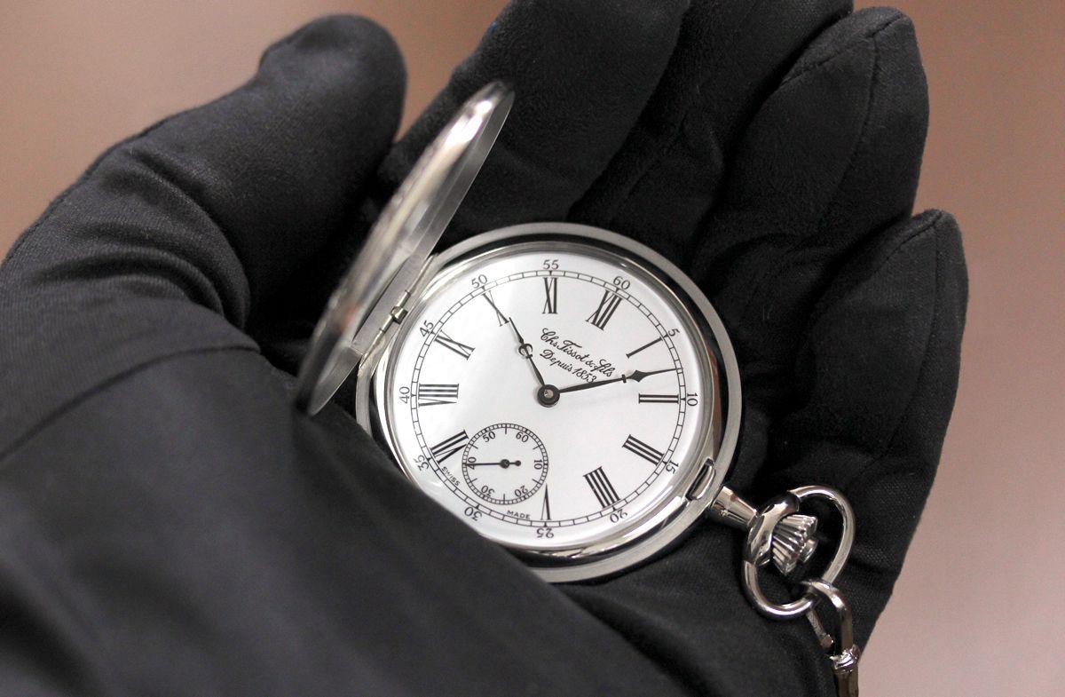 t83645413懐中時計を手に持ったイメージ