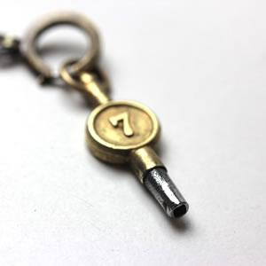 ゼンマイ巻き上げ、時刻調整に使用する鍵