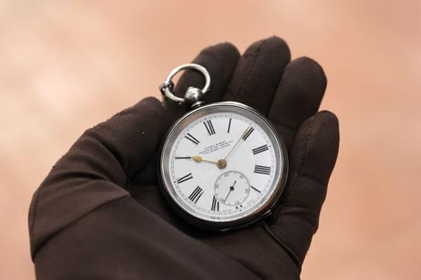 存在感のある大きさで、ゴールドの針が経年変化を感じさせないほど美しくマッチしている