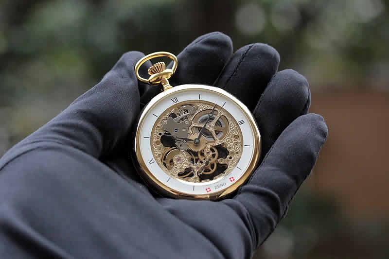 懐中時計を持ち、手のひらに収まるサイズがちょうどいい、懐中時計です。