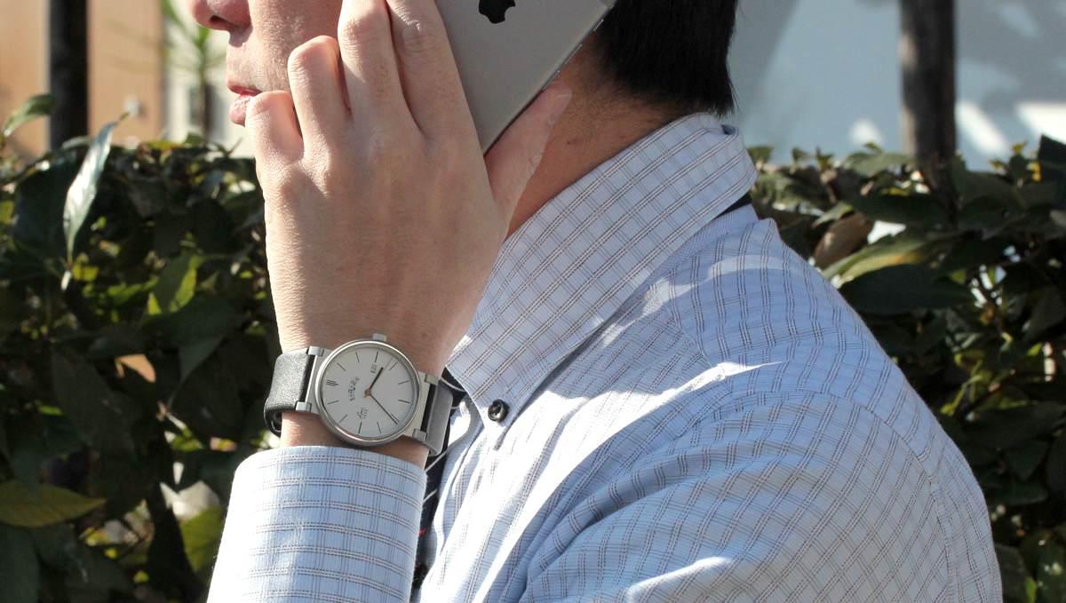LACO Absolute ラコ アブソルート 880202 電話を持って着用したイメージ