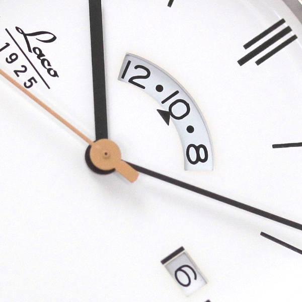 3時方向に日付が分かるデイトカレンダー。12時方向に24時間表示を搭載。