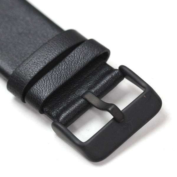ケースと同じマッドな仕上がりの尾錠には、ブランドロゴが刻印されています。