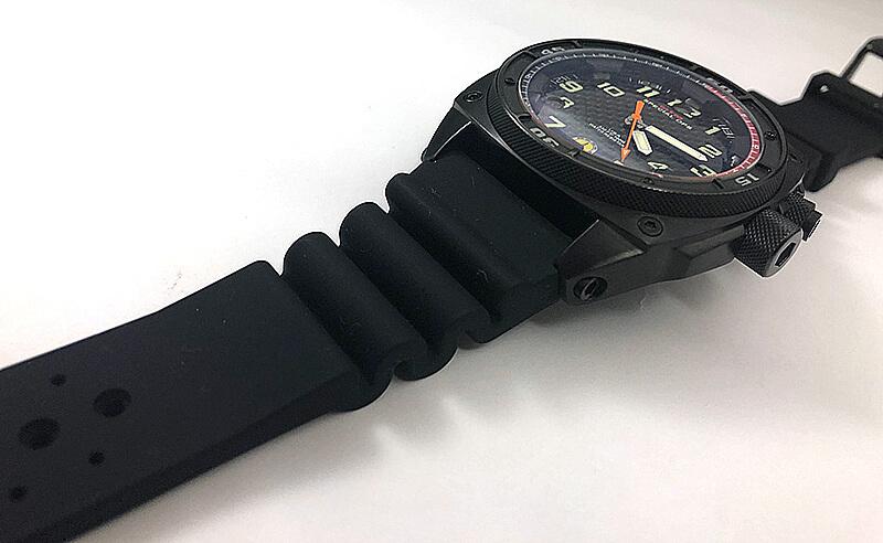 ケース径 約42mmに、日付表示が大きめのビッグデイトと、2つの地域の時刻を表示することができるディアルタイムが配置された腕時計。