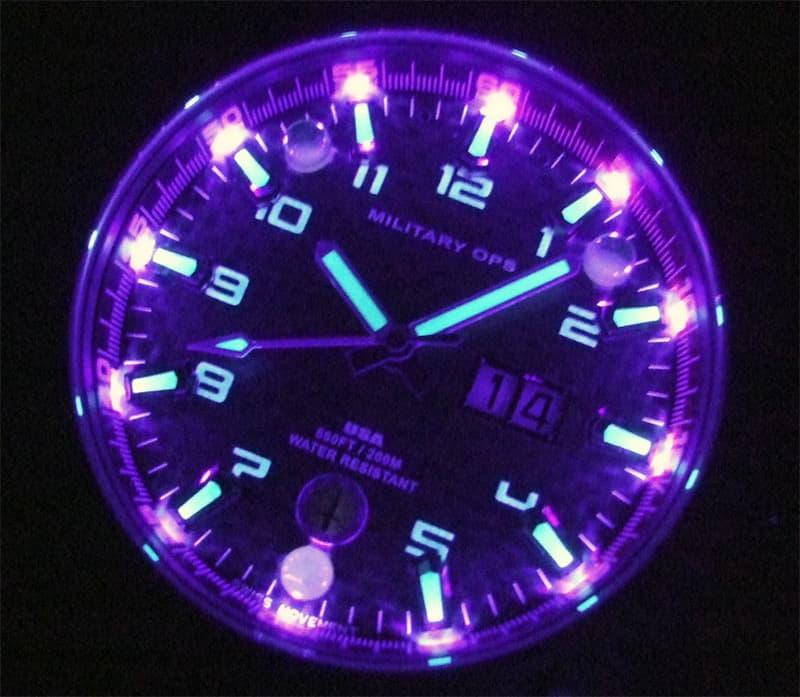 4つのLEDモードが選択可能(ダイヤルライト/UV5秒間点灯→トーチライト/白色20秒点灯→ストロボライト/白色継続点滅→ダイヤルライト/UV継続点灯)