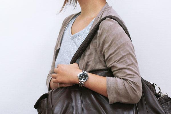オリス Oris Aquis デイト レディースダイバーズ 女性着用イメージ