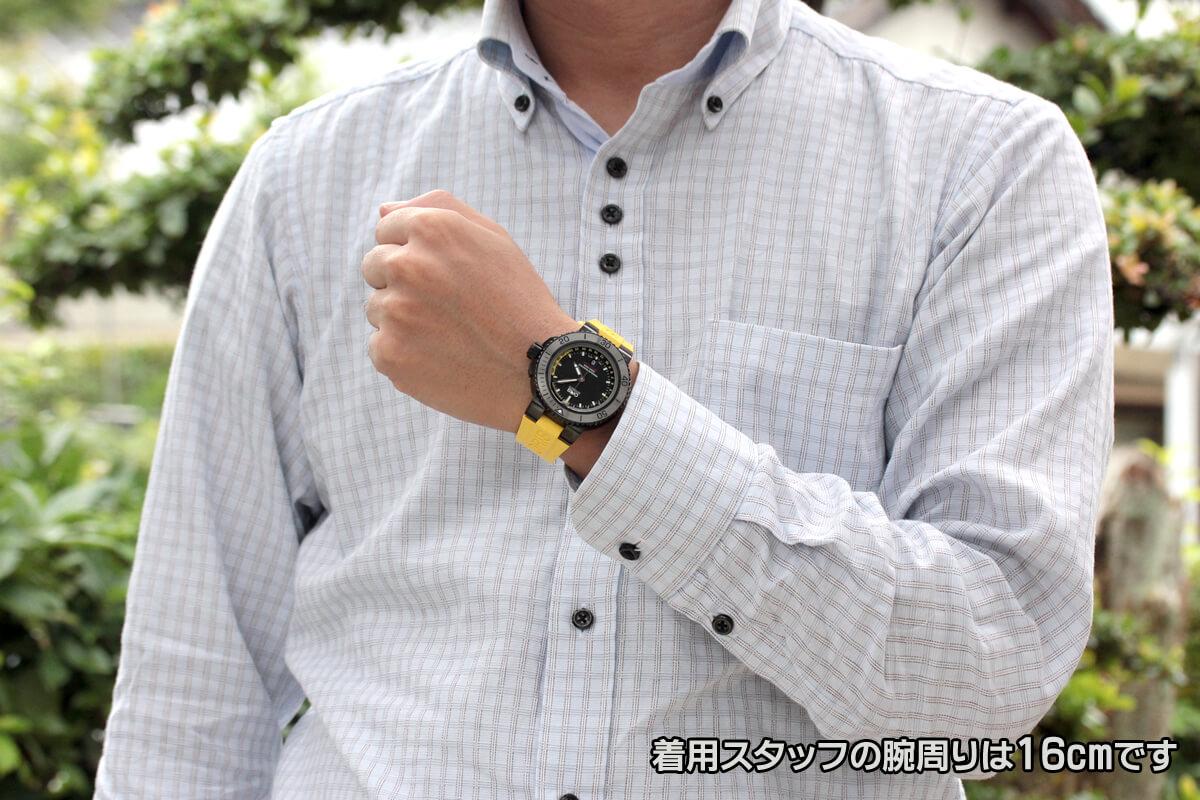 オリス アクイス デプスゲージ 正美堂男性スタッフが着用。モデルの腕周りは16cmです。