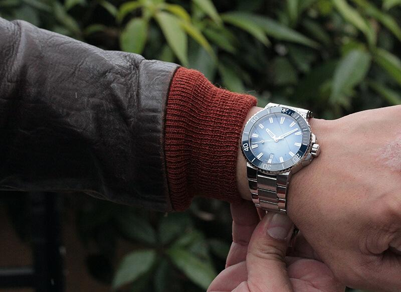 男性へのプレゼントや結納返しにも人気の腕時計です。