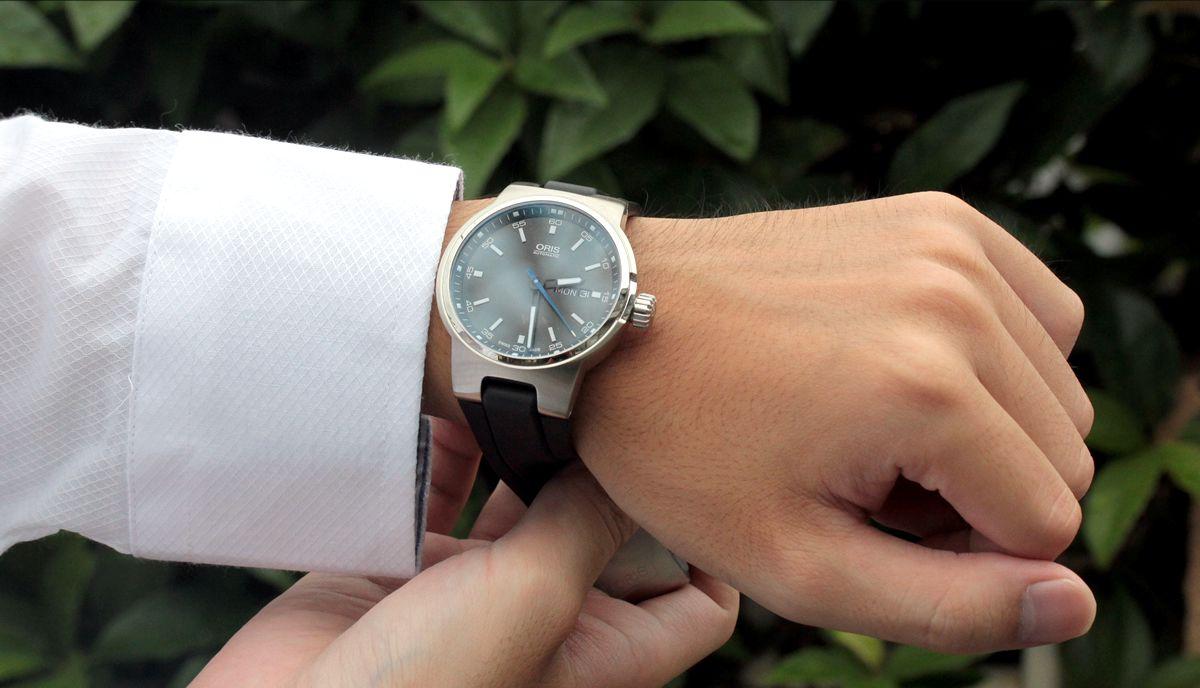 オリス ウィリアムズ デイデイト Ref. 73577164154R 腕時計を着用したイメージ