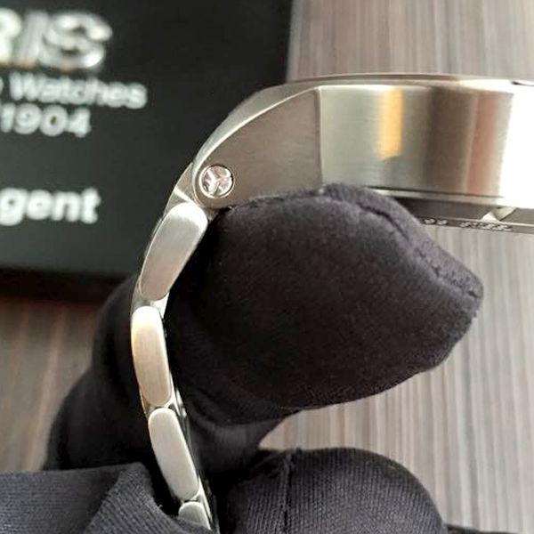 オリス ウィリアムズ 腕時計 下に向かって細くなるよう設計されたラグ部分