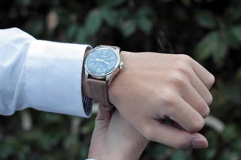 オリス ビッグクラウン オリジナル ポインターデイト75477414064f 試着画像。着用スタッフの腕周りは16cmです。