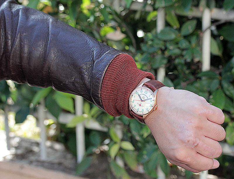 ミリタリージャケット・フライトジャケット・そしてスーツにも似合うのはこの色味そしてブロンズという組み合わせが最高だから。