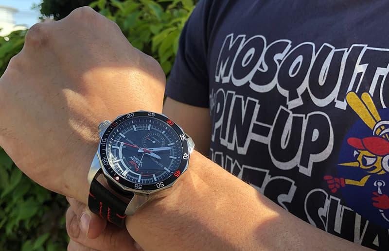 革ジャンやフライトジャケットはもちろん、スーツにも似合う腕時計