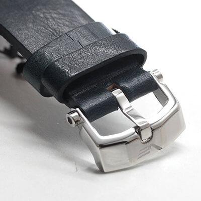 トルクス規格のネジで時計ケースに固定されており、同梱の専用ドライバーを使用して簡単に別のストラップに交換することができます。