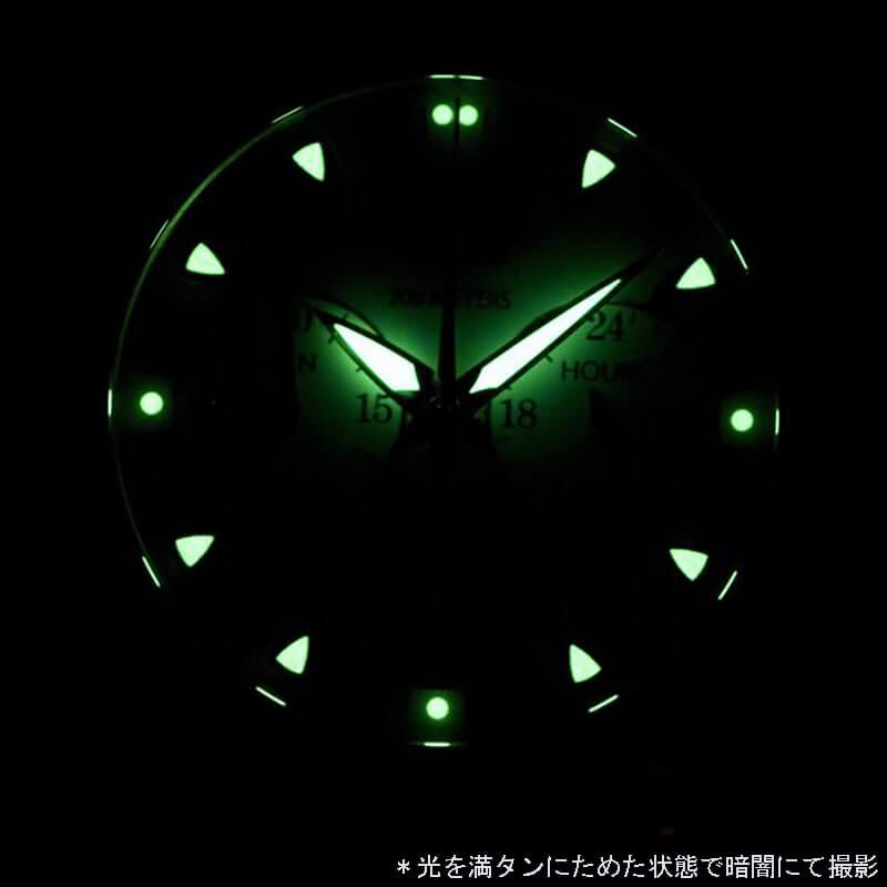 夜間や暗闇でも視認性が高いスーパールミノバ。インデックスも針も見やすい腕時計です。