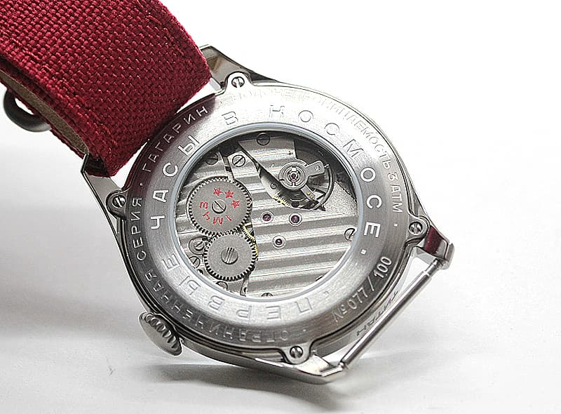 裏蓋の歯車に当時刻まれていた「モスクワ第一時計工場」のマーク「スリースター」、見えないこの場所にもカッコいいこだわり。