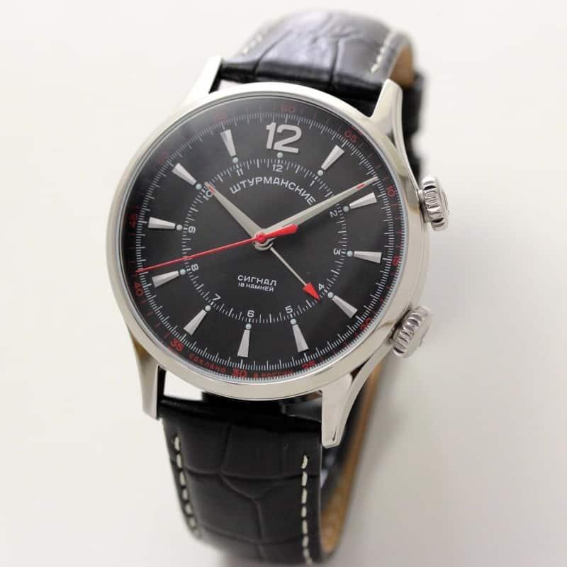 電子アラームが主流の現代ですが、珍しい手巻き式アラームムーブメントを搭載した時計です。