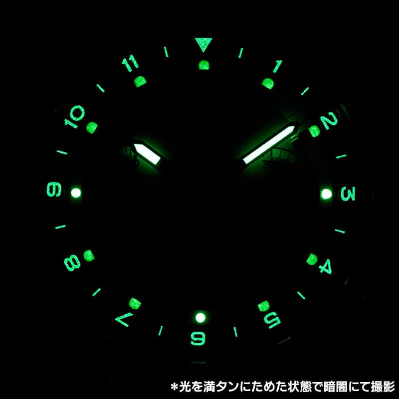 暗い場所や夜間にも大活躍する視認性の高さ。オール数字で見やすく、暗闇でも使うのが楽しみでならない腕時計。