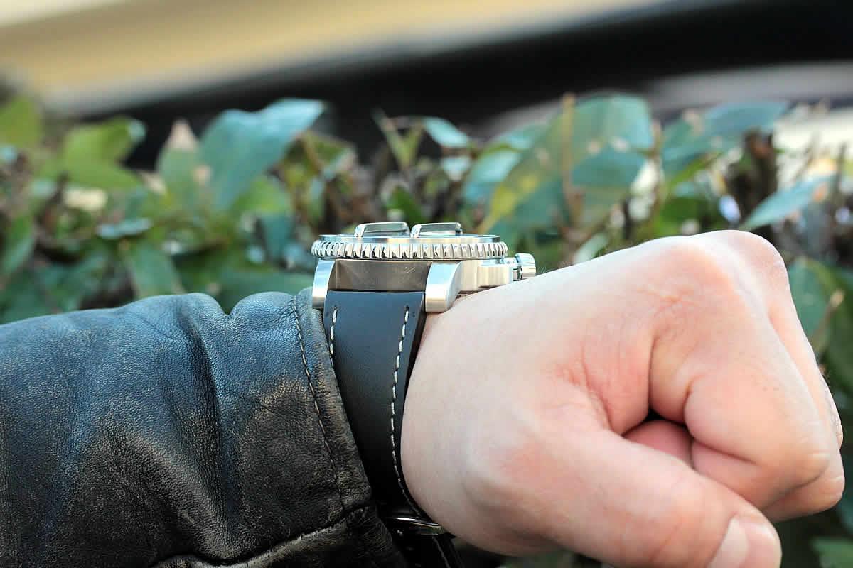 腕時計を横面から見た画像