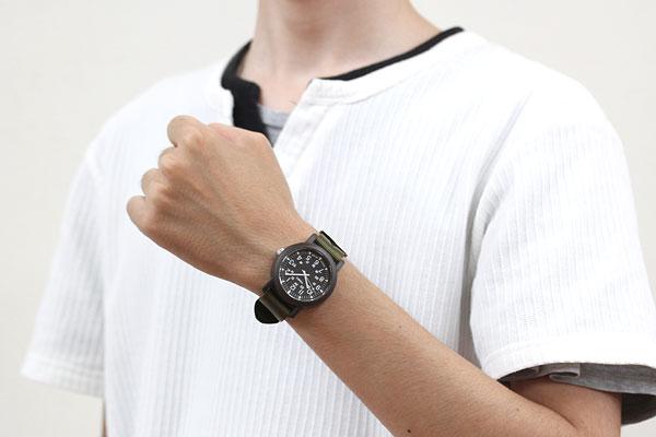TIMEX タイメックス 腕時計 スタイリッシュ オーバーサイズキャンパー 男性着用イメージ