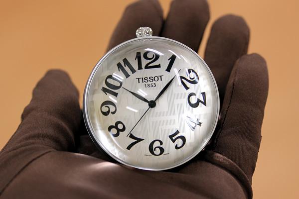 t82950832 懐中時計 手に取って写した写真