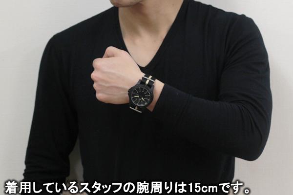 トレーサー腕時計サンドカラー正美堂 男性スタッフ着用全体画像