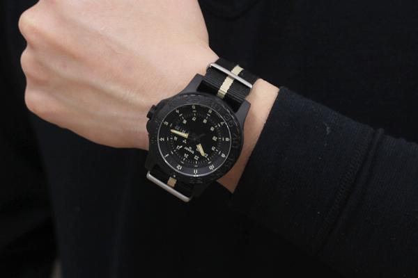 トレーサー腕時計サンドカラー正美堂 男性スタッフ着用全体画像2