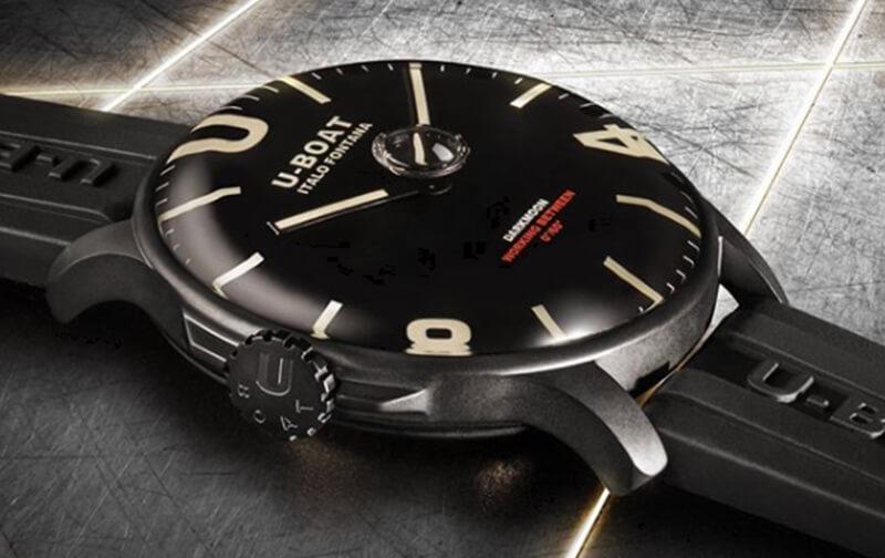 この時計最大の特徴は、ケース内部にオイルリキッドを充填した特殊な構造になっていることです。