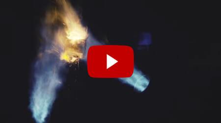 激しい炎による耐熱テストの動画