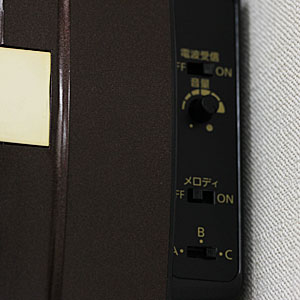 RHYTHM リズム SmallWorld 電波 からくり 掛け時計 スモールワールドノエルN 4MN539RH23 木目仕上 側面 操作部分
