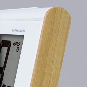 セイコー(SEIKO)温湿度表示デジタル電波クロック目覚まし時計/SQ771B 木目模様を配した側面のデザイン