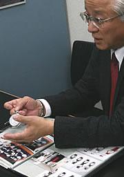 アエロ懐中時計を見せる西脇氏