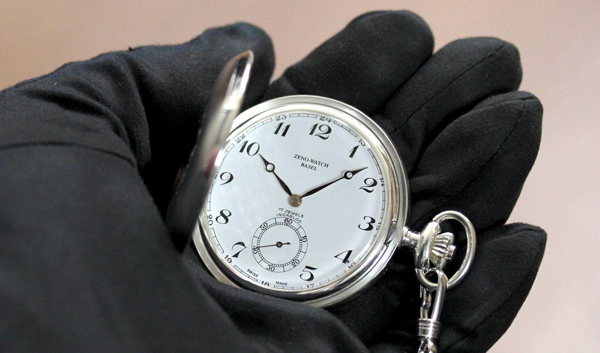ゼノウォッチ zt105-i2num 花がらの文字盤が印象的な銀無垢懐中時計 手にのせたイメージ
